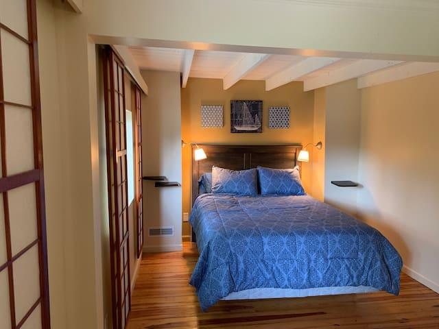 Main bedroom (one queen)