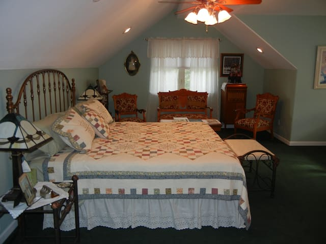 Rocky Point Ranch B&B (Effie's Room)