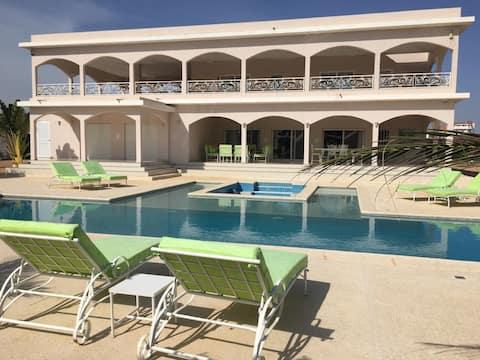 Villa luxueuse, très grande piscine, 6 mn de Saly