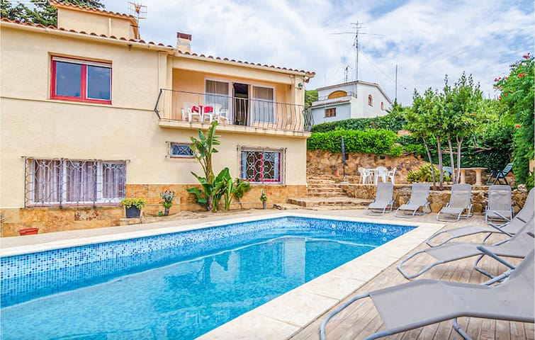 Holiday cottage with 5 bedrooms on 325m² in Blanes