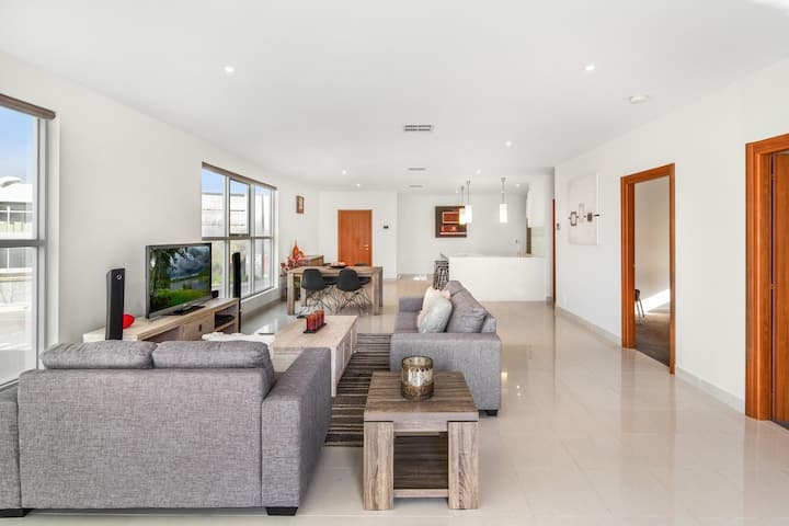 Modern Unit With Balconies Near Melbourne Airport
