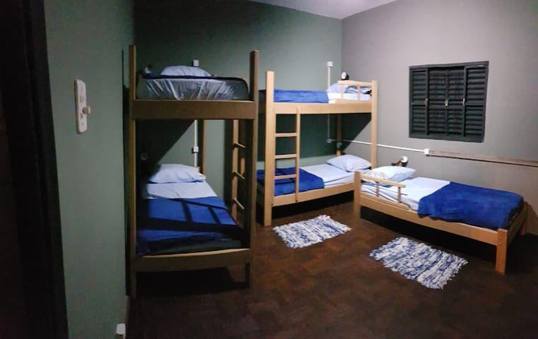 Quarto misto com cinco camas