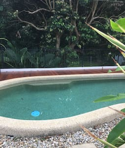Suburban home in the tropics. - Bayview Heights - Talo
