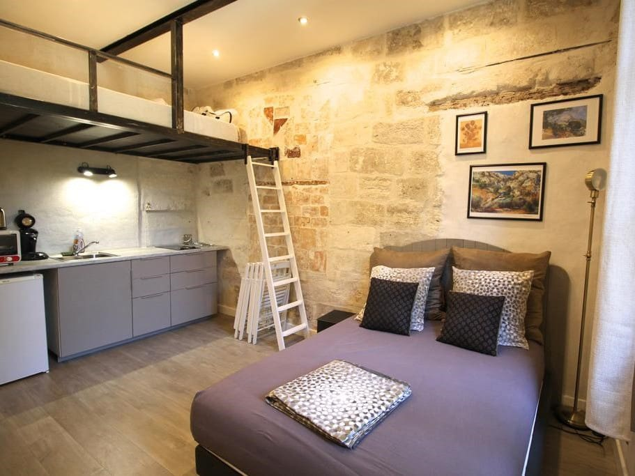 studio entre pont d 39 avignon palais des papes p1 appartements louer avignon vaucluse france. Black Bedroom Furniture Sets. Home Design Ideas