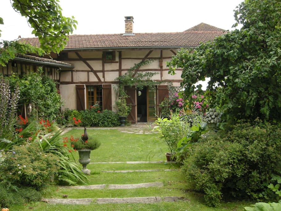 La maison vue du jardin