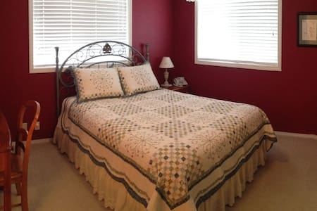 The Red Guest Room and Bath - Hillsboro - Hus