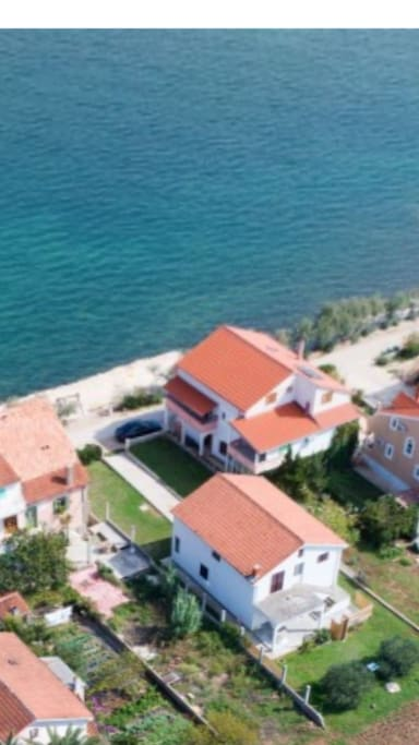 Pogled na kucu iz zraka i kristalno cisto more