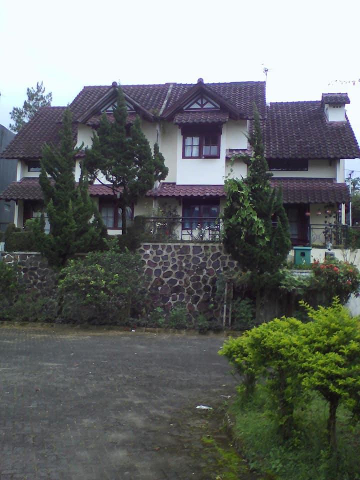 Villa cipanas baru nuasa pergunungan hawa dingin