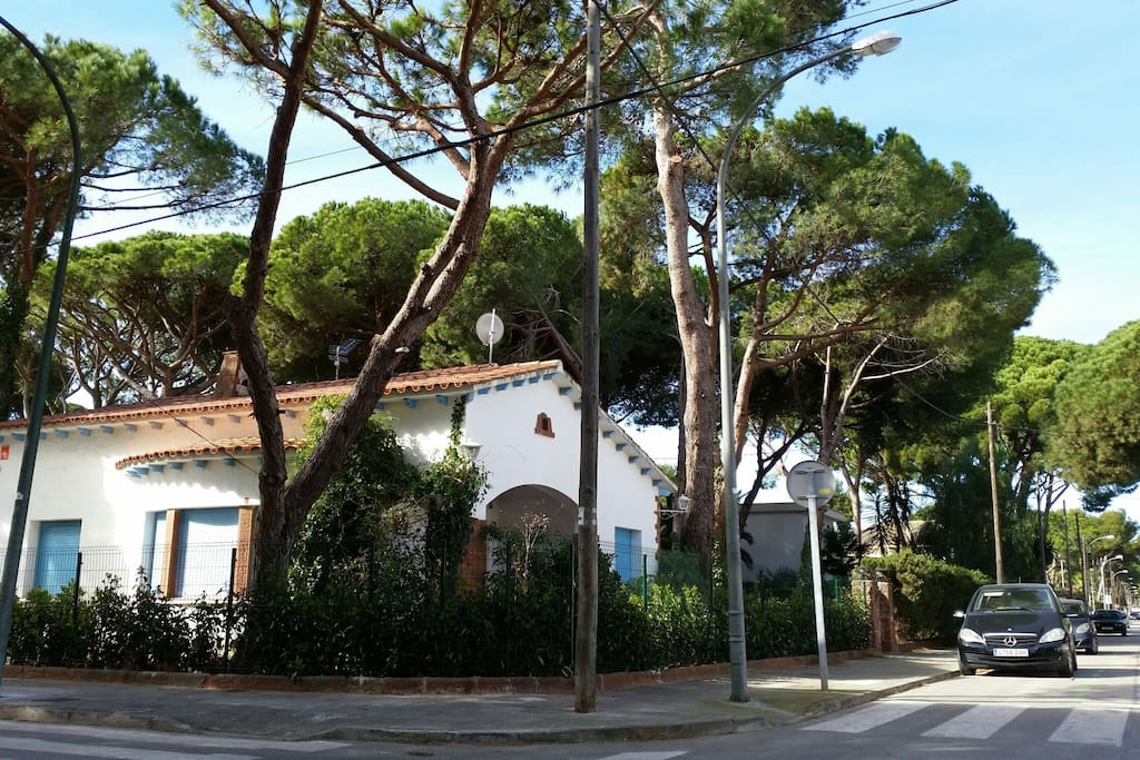 La casa desde la calle / The property viewed from street