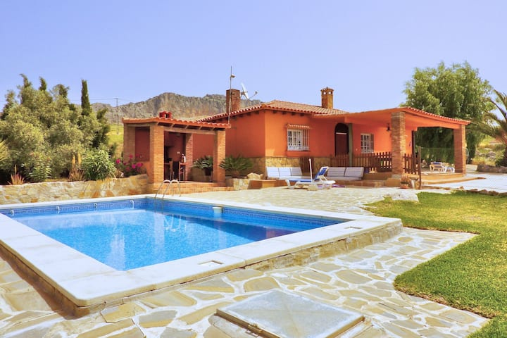 Detached rural and rustic house with a private swimming pool suitable for kids