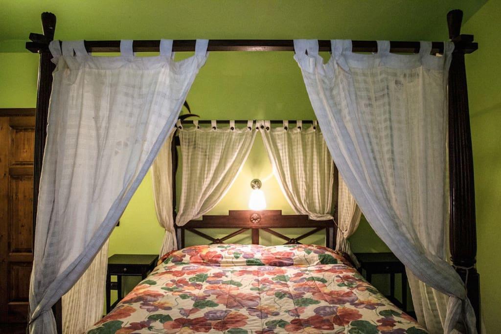 camera da letto matrimoniale, con letto a baldacchino