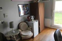 Bureau/salon avec petit frigidaire, bouilloire et cafetière