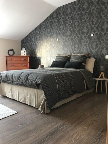 """chambre 10 : située dans l'espace """"Appart Lilly"""" , 1 lit double, accès sur la grande terrasse avec vue sur le vignoble"""