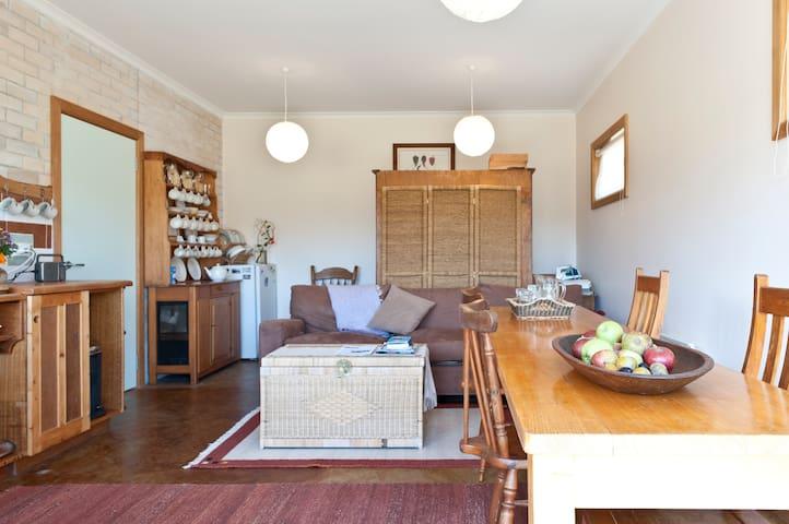 Warm double bedroom, quiet, spacious & rural views - Cygnet - Apartament