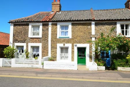 Greylag Cottage - a stone's throw from the Quay - Wells-next-the-Sea - House