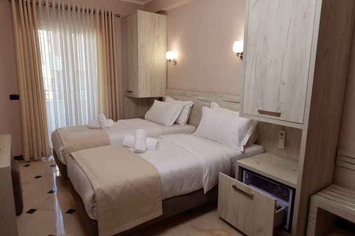 Twin Room with Balcony - Tiranë - Hotel boutique