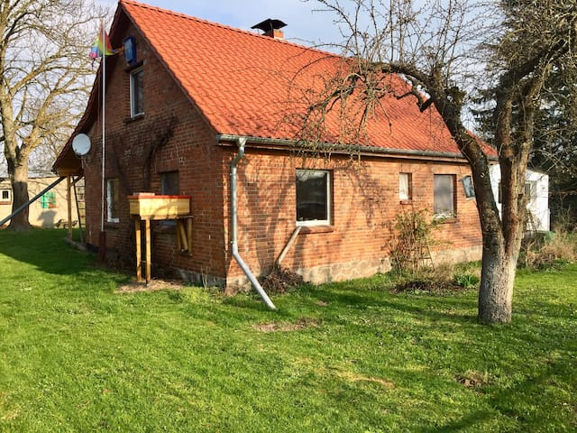 Idyllisches Landhaus mit großer Rasenfläche