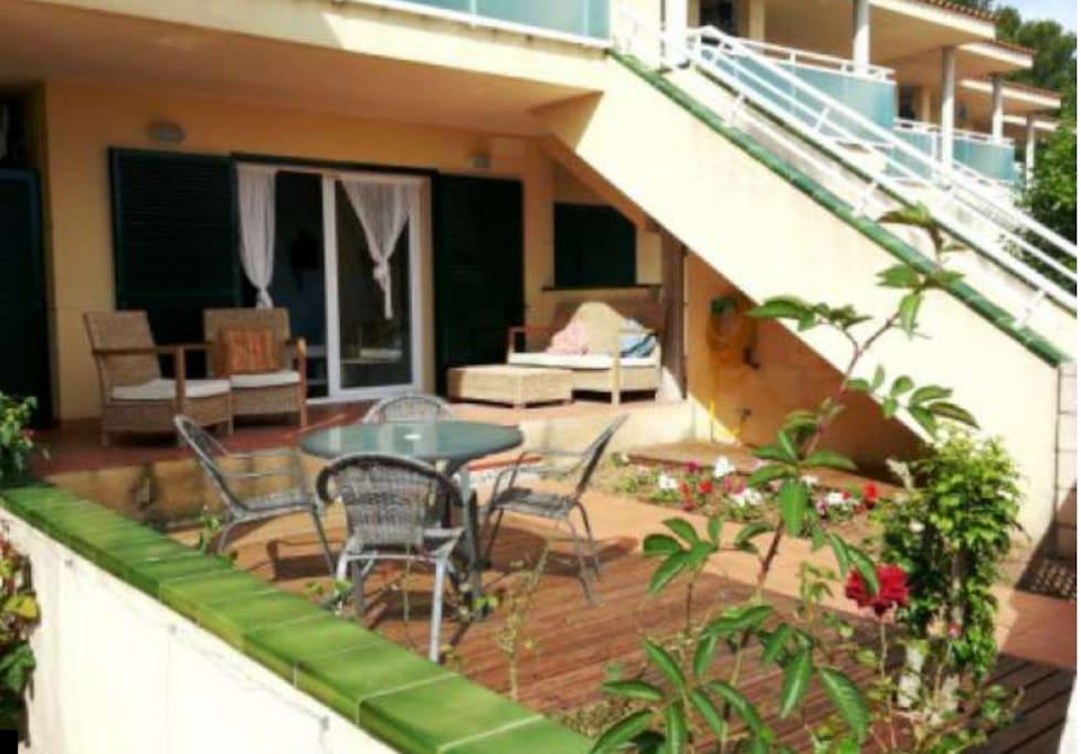 Terraza con mesa y 4 sillas, sofá y 2 butacas