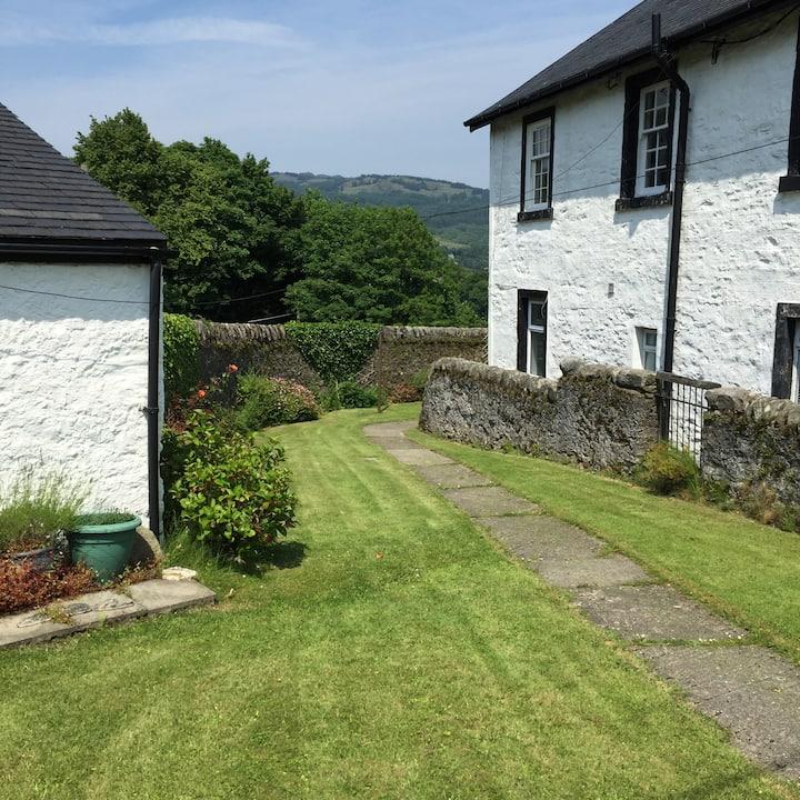 10 Shore Cottages- Cosy upper cottage flat.