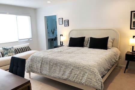 Beautiful Private Guest Suite in Studio City Hills