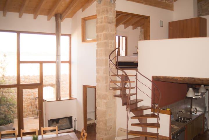 Vista general del salón comedor desde el segundo piso (zona superior con sofá-cama)