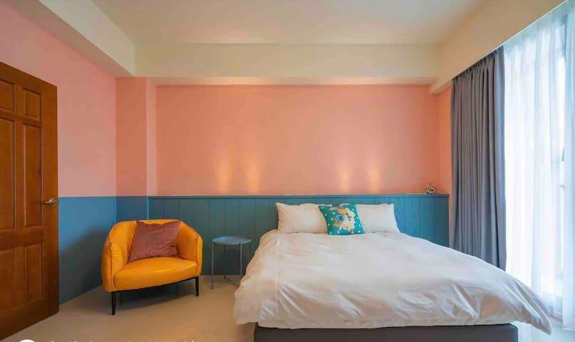 落地窗陽台採光佳 粉紅浪漫氣氛佳! 超大房間夠舒適! 可以好好放鬆床~