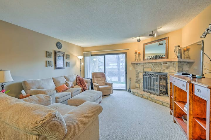 Cozy Riverfront Townsend Condo Near Caverns & Town