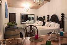 Nuestro comedor cuenta con una mesa de parota, diferente tipo de sillas antiguas cada una le dan ese toque mexicano a Casa Diego