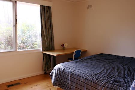 Sunny room, lovely inner Nth home, 1 or 2 beds - Watson