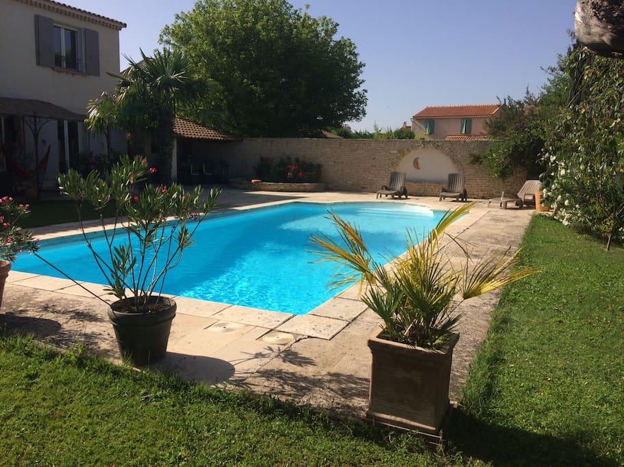 piscine et vue arrière de la maison