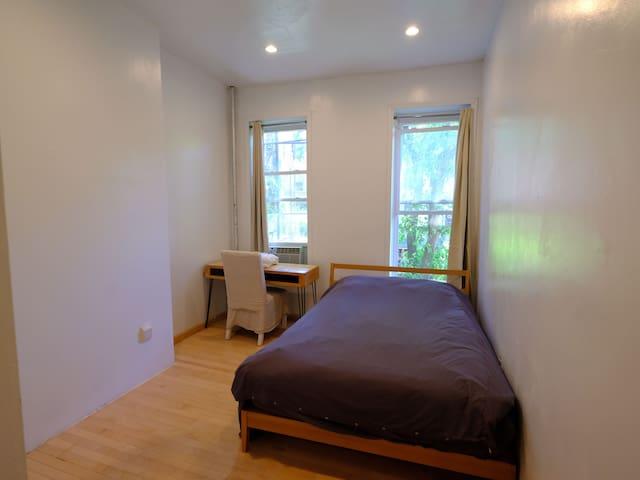 Sunny Room in Bedstuy✨E