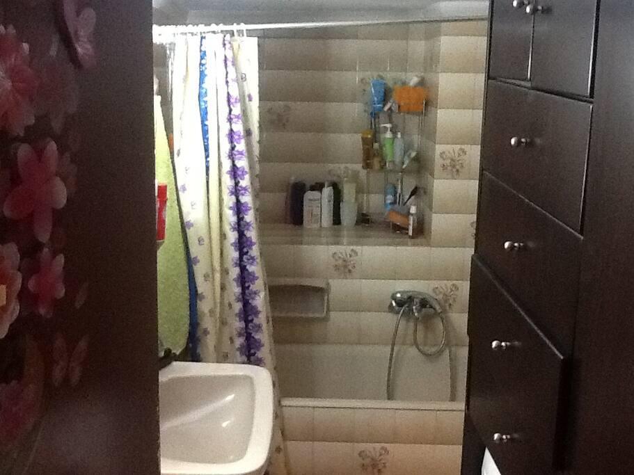 Ευρύχωρο και λειτουργικό μπάνιο.