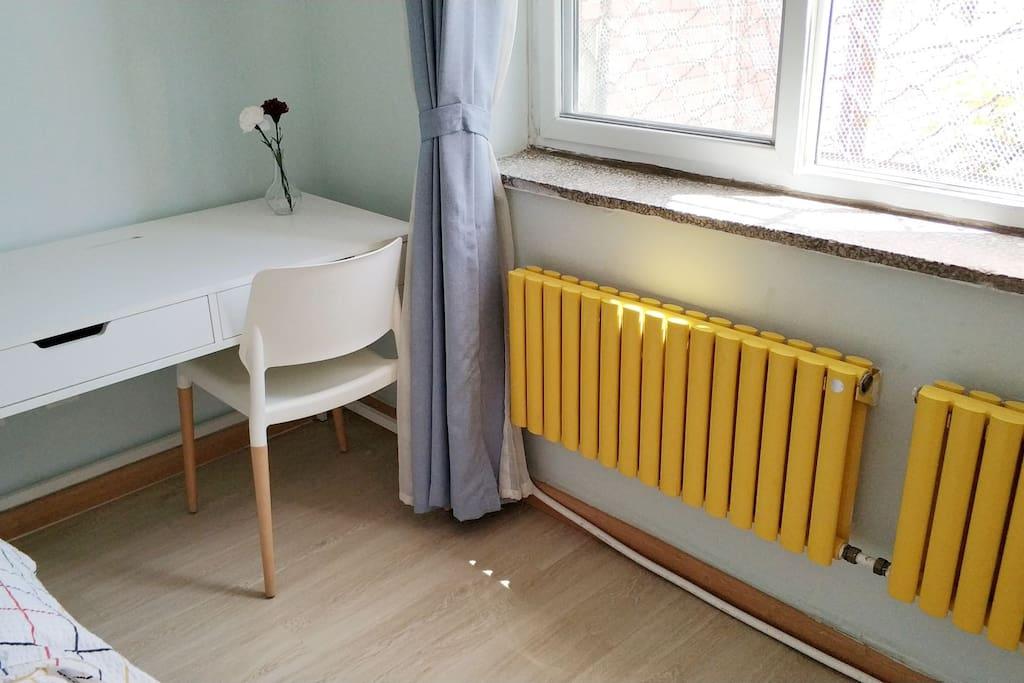 桌椅 Desk and chair