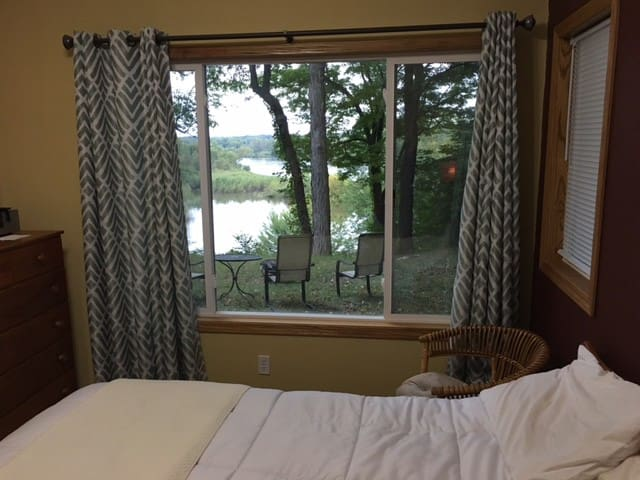 Room with Private Bath on Cedar River - Cedar Rapids - Huis