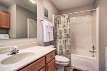 Main level hall bathroom with shower/tub combo.