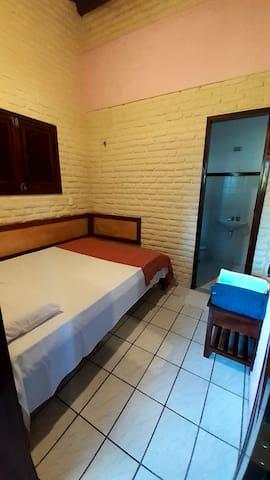 5º Suíte pequenha com cama de casal