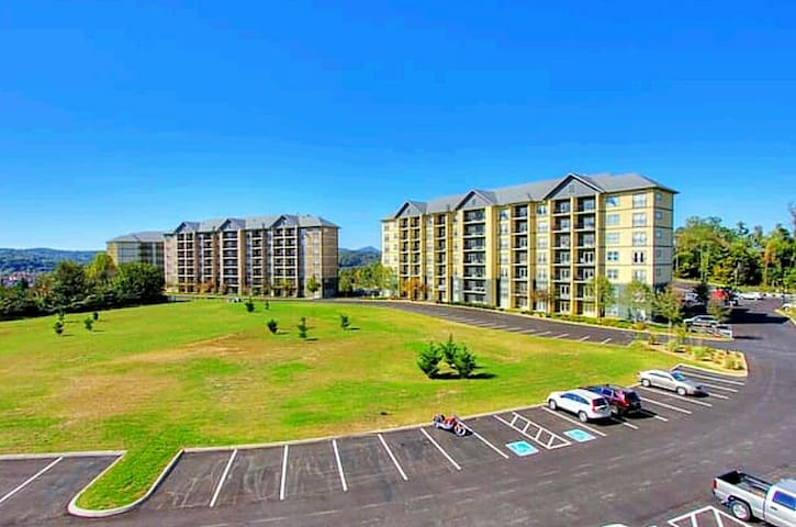 ★★★★★ LUXURY CONDO  3br/2ba Heart of Pigeon Forge - Pigeon Forge - Flat