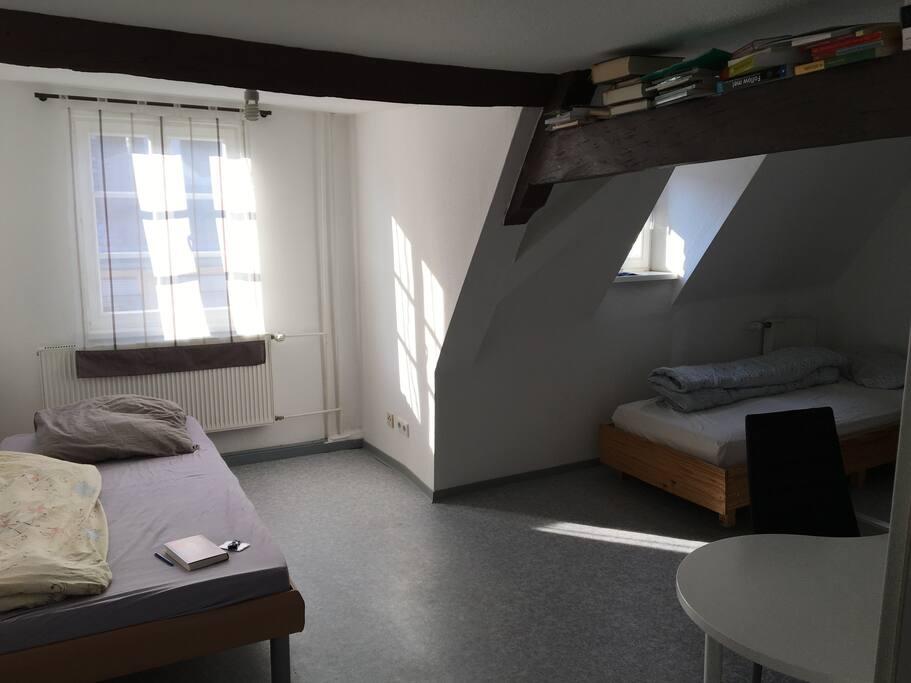 Großes Schlafzimmer mit zwei Betten