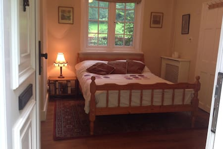 Double Room with en suite and own private lounge. - Merstham - Apartamento