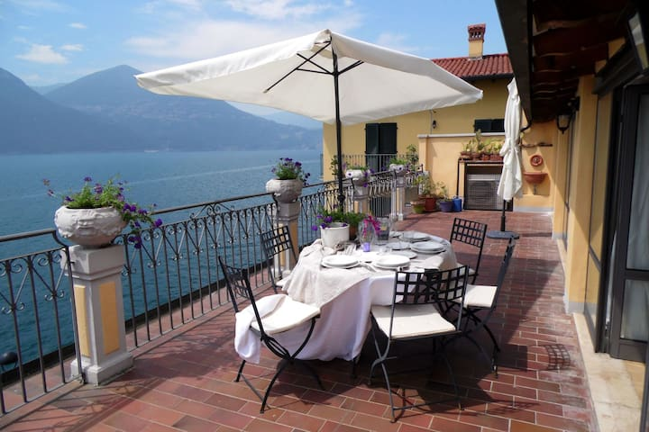 Bright, stylish, facing the lake. Large terrace with magnificent views.