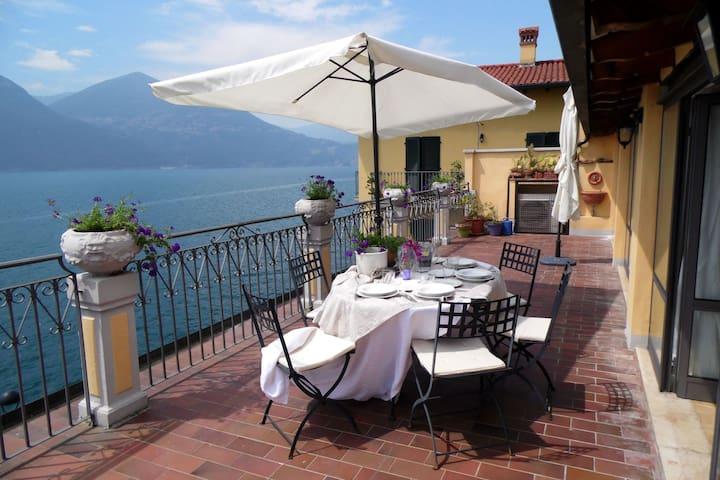 Brillante, elegante, con vistas al lago. Amplia terraza con magníficas vistas.
