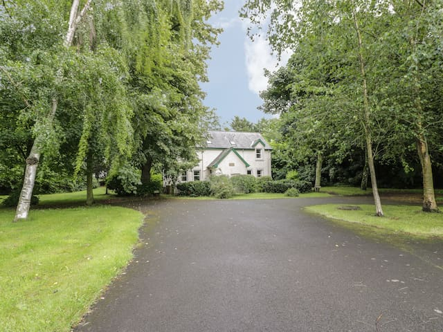 GROOM'S COTTAGE, pet friendly, with a garden in Chirnside, Ref 4278
