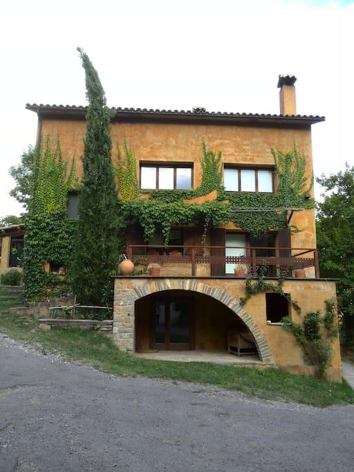 Esta es la casa La Solana, la habitación se encuentra en la buhardilla, 2º piso. No hay ascensor