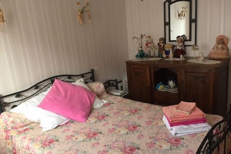 Chambre dans une maison au calme - Marcillac-Vallon - Hus