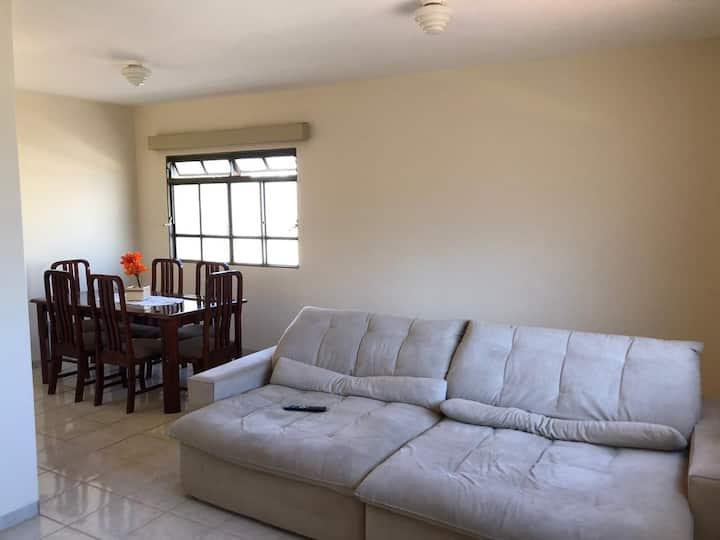 Apto com 3 quartos confortável e bem localizado.