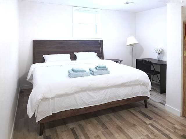 Lovely cozy king size bedroom near river/downtown