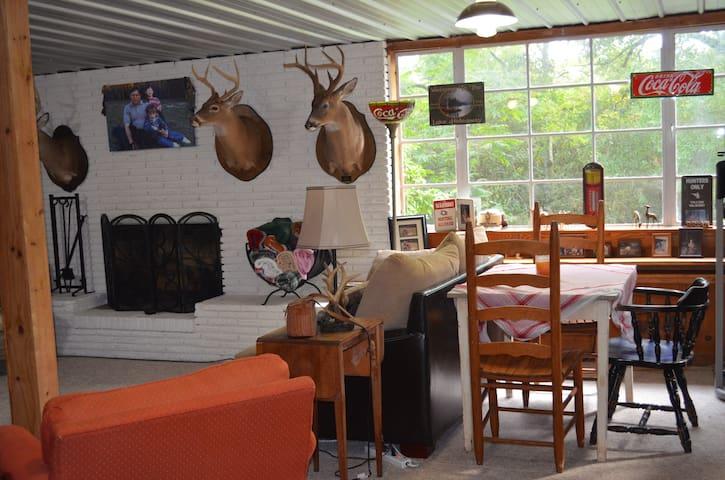 Bowman's Place-Cozy Cabin basement apt Near U of A