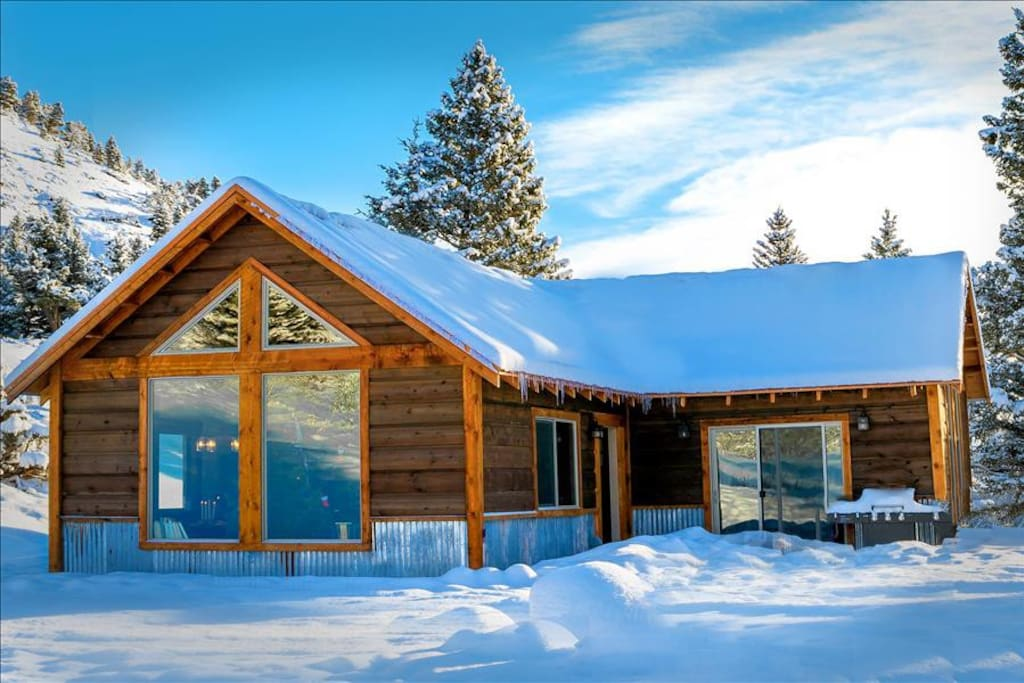Beautiful Grizzly Cabin at Christmas