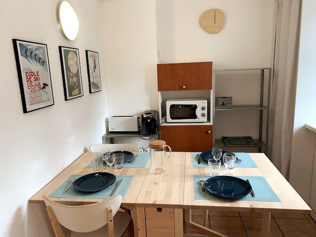 Cuisine équipée : Four micro-ondes Grille pain Machine à café, thé, chocolat... Tassimo