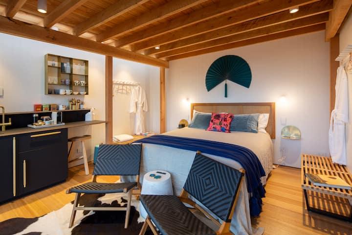 Arrowtown Modern Studio. Private reserve setting